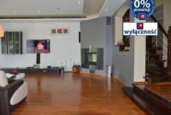 na zdjęciu salon z kominkiem w luksusowej willi na sprzedaż w okolicy Żagania