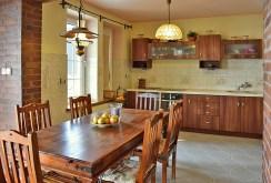 kuchnia wraz ze stołem jadalnianym w luksusowej willi w okolicy Legnicy na sprzedaż