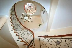 stylowe schody znajdujące się w luksusowej willi do sprzedaży w okolicy Legnicy