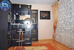 na zdjęciu fragment baru i kuchnia w willi na wynajem w Radomiu