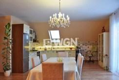 widok na jadalnię i kuchnię w luksusowej willi do wynajęcia w okolicach Wałbrzycha