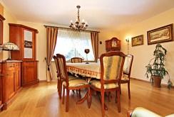 na zdjęciu komfortowa kuchnia i jadalnia w luksusowej willi na sprzedaż w Wieluniu