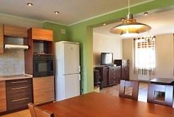 zdjęci prezentuje widok z kuchni i jadalni na salon w luksusowej willi na wynajem w Słupsku