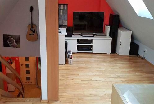 zdjęcie prezentuje nowoczesny, komfortowy salon w luksusowym apartamencie do sprzedaży w okolicach Wałbrzycha