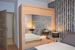 elegancka sypialnia znajdująca się w luksusowym apartamencie w Słupsku na wynajem