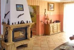 stylowy salon z kominkiem w ekskluzywnej willi do sprzedaży w Piotrkowie Trybunalskim