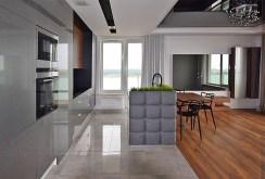 fraagment salonu oraz aneksu kuchennego w luksusowym apartamencie do sprzedaży w Białymstoku