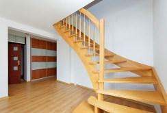 na zdjęciu przedpokój oraz schody na górny poziom w apartamencie do sprzedaży w Tarnowie