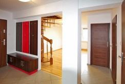 widok z przedpokoju na rozkład pokoi i pomieszczeń w ekskluzywnym apartamencie do sprzedaży w okolicy Legnicy