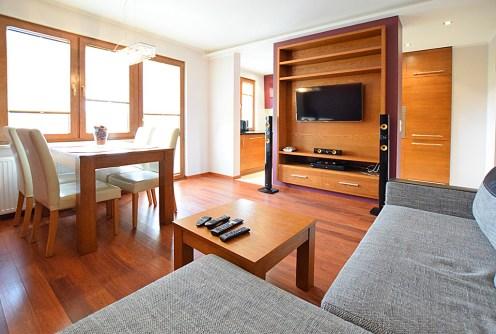 nowoczesny salon znajdujący się w luksusowym apartamencie do wynajęcia w Suwałkach