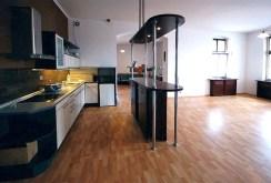 widok na jadalnię oraz kuchnię w ekskluzywnym apartamencie w Szczecinie na wynajem