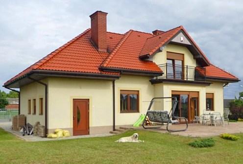 widok od strony ogrodu na luksusowa willę do wynajęcia w okolicach Piotrkowa Trybunalskiego