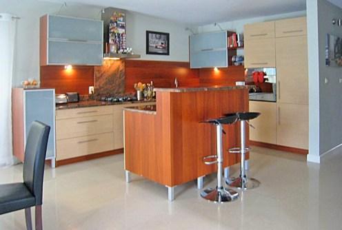 na zdjęciu nowoczesna kuchnia w luksusowej willi do sprzedaży w okolicy Białegostoku