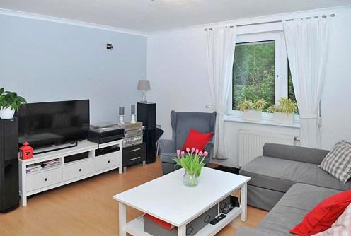 na zdjęciu komfortowy salon w ekskluzywnym apartamencie do sprzedaży w Szczecinie