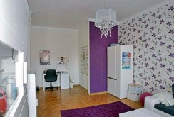 widok z innej perspektywy na salon w luksusowym apartamencie do wynajmu w Szczecinie