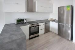 komfortowa, umeblowana nowocześnie kuchnia w luksusowym apartamencie w Szczecinie na wynajem