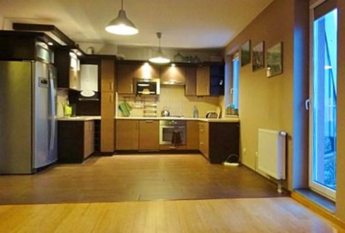 zdjęcie prezentuje nowoczesną kuchnię w ekskluzywnym apartamencie do wynajęcia w okolicach Wrocławia