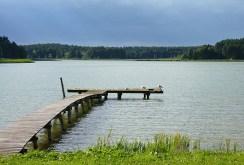 własna linia brzegowa jeziora i pomost należące do luksusowej willi na Mazurach do sprzedaży