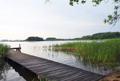 prywatny pomost i jezioro przy luksusowej willi na Mazurach na sprzedaż