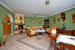 zdjęcie przedstawia salon z kominkiem w luksusowej willi do sprzedaży w okolicach Rawicza