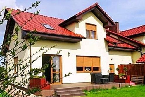 widok od strony ogrodu na luksusową willę do sprzedaży w okolicach Wrocławia