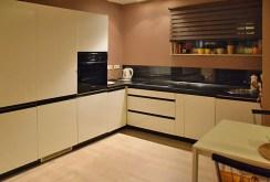 nowoczesna i stylowa kuchnia znajdująca się w ekskluzywnym apartamencie w Katowicach na wynajem