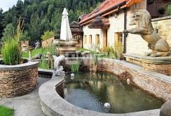 zdjęcie przedstawia widok z boku na luksusową willę w Szczyrku na sprzedaż