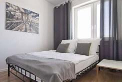 zdjęcie prezentuje komfortową sypialnię w ekskluzywnym apartamencie do sprzedaży w Białymstoku