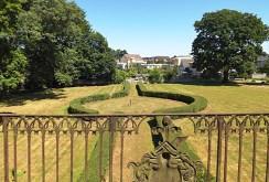 zdjęcie prezentuje widok z tarasu na ogród w luksusowym pałacu w województwie pomorskim na sprzedaż