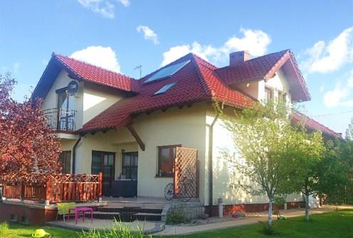 widok od strony ogrodu na ekskluzywna willę do wynajęcia w okolicach Legnicy