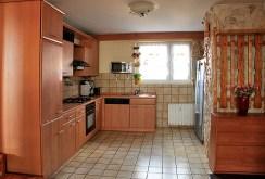 zdjęcie przedstawia umeblowaną kuchnię w ekskluzywnym apartamencie w Szczecinie na sprzedaż