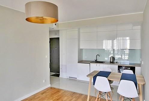 nowoczesny salon z aneksem kuchennym w ekskluzywnym apartamencie do wynajęcia w Katowicach