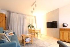 zdjęcie prezentuje komfortowy salon w ekskluzywnym apartamencie w Szczecinie na sprzedaż