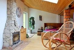 zdjęcie prezentuje kominek w salonie luksusowej willi do sprzedaży w Tczewie