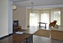 zdjęcie prezentuje komfortowy salon w ekskluzywnej willi do sprzedaży w okolicach Wrocławia