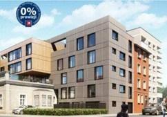 widok z ulicy na luksusowy apartamentowiec, gdzie mieści się komfortowy apartament do sprzedaży w Krakowie