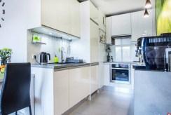 umeblowana, komfortowa kuchnia w luksusowym apartamencie w Krakowie na sprzedaż
