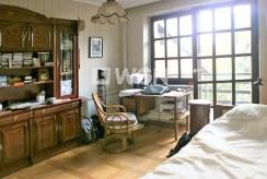 widok na elegancką sypialnię w luksusowej willi do sprzedaży w Częstochowie