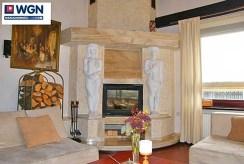 zbliżenie na kominek w salonie luksusowej willi do sprzedaży w Słupsku