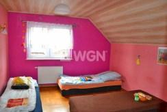 zdjęcie prezentuje elegancką, komfortową sypialnię w luksusowej willi w okolicach Katowic na wynajem