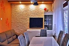 widok z innej perspektywy na ekskluzywny salon w prestiżowym apartamencie do sprzedaży w Białymstoku