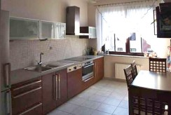 na zdjęciu nowocześnie umeblowana i urządzona kuchnia w luksusowym apartamencie do sprzedaży w Szczecinie