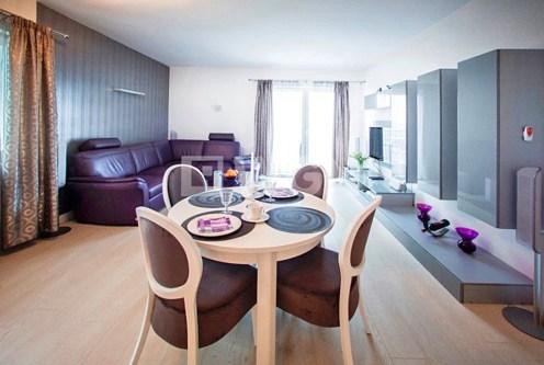 nowoczesny i przestronny salon w ekskluzywnym apartamencie do sprzedaży w Szczecinie