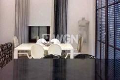 widok od strony jadalni na luksusowe wnętrze ekskluzywnego apartamentu w Szczecinie na wynajem