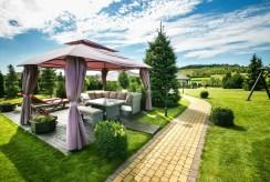 widok na pięknie zagospodarowaną i zadbaną działkę wokół luksusowej willi na Mazurach na sprzedaż