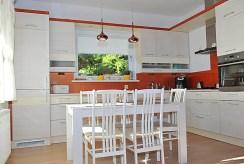 zdjęcie prezentuje jadalnię i kuchnię w luksusowej willi nad morzem na sprzedaż
