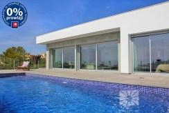 widok od strony basenu na luksusową willę w Hiszpanii na sprzedaż