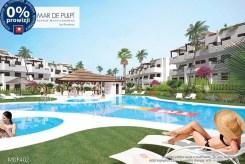 widok na basen przed luksusową willą do sprzedaży w Hiszpanii