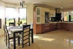 po lewej jadalnia, po prawej kuchnia w luksusowej willi w Kwidzynie na sprzedaż