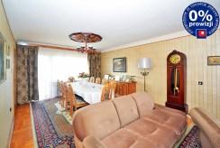 widok z innej perspektywy na ekskluzywny salon w luksusowej willi do sprzedaży w Radomiu